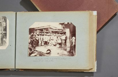 CHINE (PHOTOGRAPHIES - CARTES POSTALES...) Ensemble de deux albums relatifs au voyage...