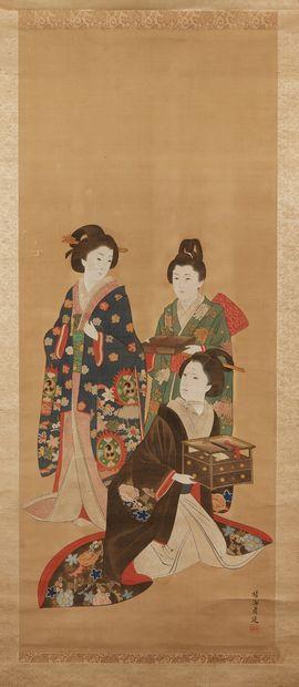JAPON Peinture sur soie représentant trois bijin (beautés) dont une assise tenant...