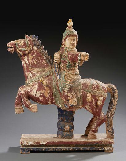 CHINE Importante sculpture en bois polychrome figurant un guerrier sur son cheval....