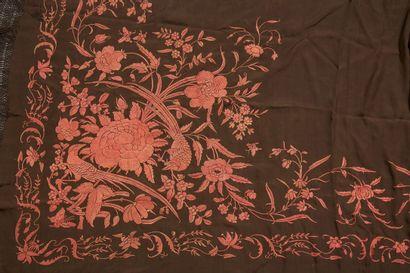 CHINE Châle en soie à fond brun brodé de fleurs de couleur orange Circa 1920 - 1930...