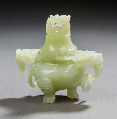 CHINE Petit brûle parfum couvert en jade vert Epoque moderne Dim.: 7,5 cm