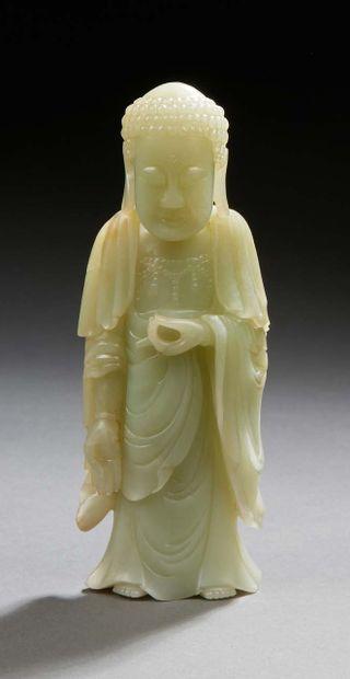CHINE Figurine en jade vert clair sculpté représentant un bouddha debout XXe siècle...