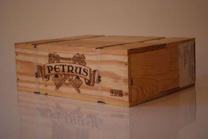 Caisse de trois bouteilles Petrus 2004, Pomerol...