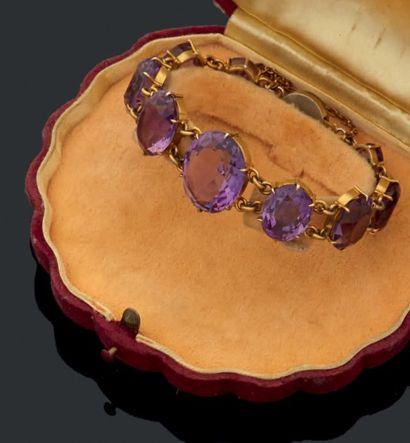 Bracelet à monture en vermeil tenant neuf...