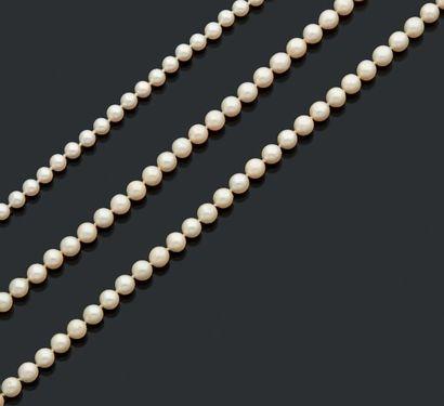 Ensemble de trois colliers de perles de culture....