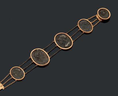 Bracelet en or (18k) orné de cinq glyptiques...