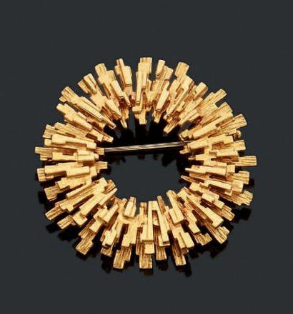 Broche en or (18k) à motif contemporain....