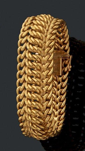Bracelet en or jaune à motif de fines mailles....