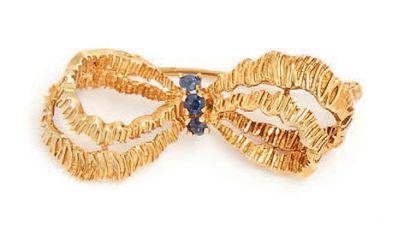 Broche en or jaune en forme de noeud sertie...