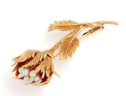 Broche en or jaune (18k) figurant une fleur....