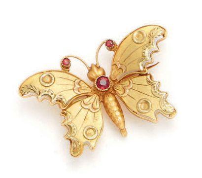Broche en or jaune (18k) figurant un papillon....