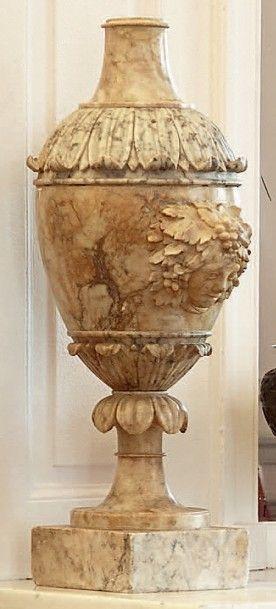Lampe en albâtre sculpté figurant une urne....