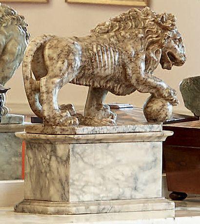 Lion en albâtre. Travail italien du XIXe...