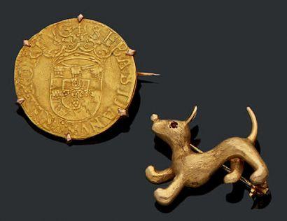 Deux broches l'une ornée d'une monnaie portugaise...