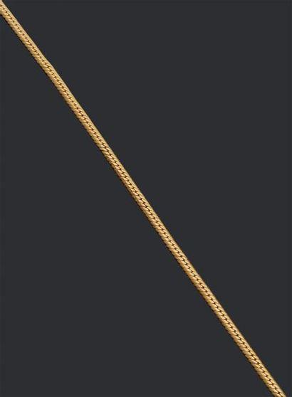 Collier en or jaune 18K (750) à maille serpent....