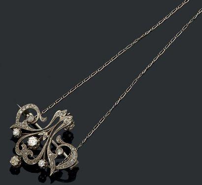 Broche pendentif en platine fleurdelisée...