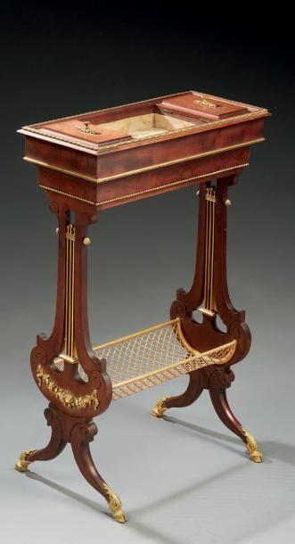 Petite table à ouvrage en acajou, ornementation...