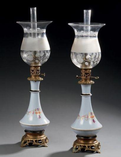 Paire de lampes à huile en porcelaine, monture...