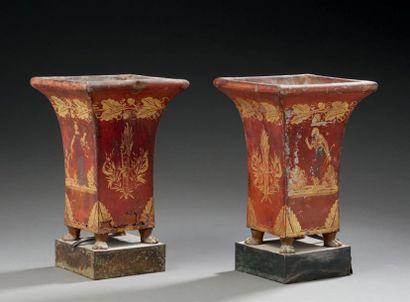 Paire de vases montés en lampe, en tôle peinte...