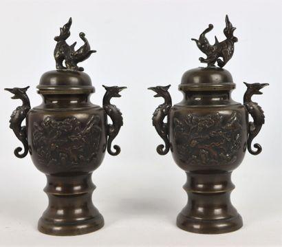 JAPON, époque Meiji.  Paire de vases couverts...