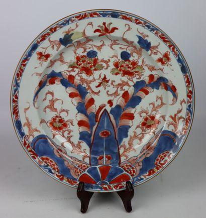 CHINE.  Plat en porcelaine à décor Imari....