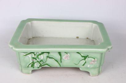 JAPON.  Jardinière en porcelaine à décor...