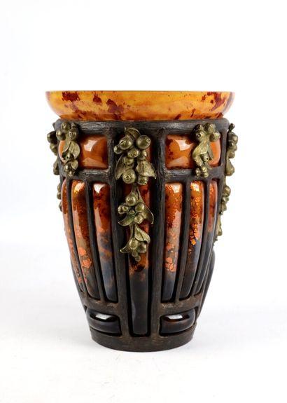 DAUM et MAJORELLE.  Vase en verre marmoréen...