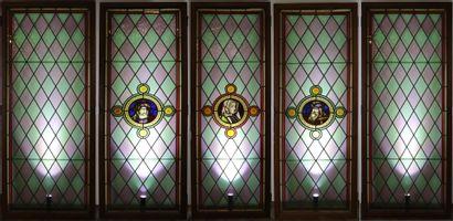 Suite de cinq vitraux, trois à décor de losanges...