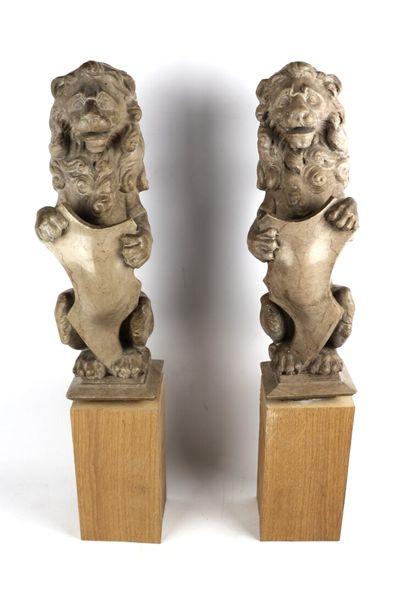 Paire de lions héraldiques en marbre, tenant...