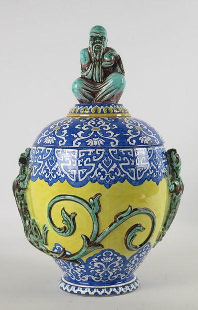 GIEN.  Vase couvert en faience, à décor au...