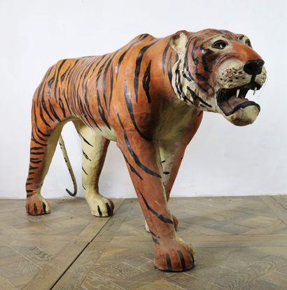 Important tigre en papier mâché entièrement...