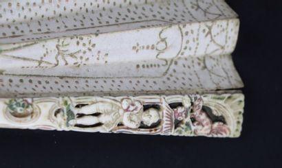 Eventail en os sculpté et ajouré, la monture à décor polychrome de personnages et...