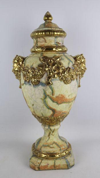 Vase couvert en céramique à l'imitation du marbre, les prises en masques de faune....