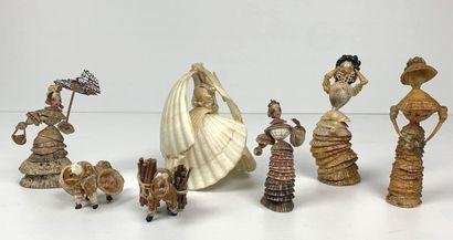 Ensemble de sept personnages formés de coquillages...