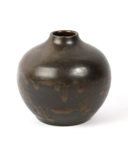 Roger JACQUES (1920-2001).  Vase boule à...