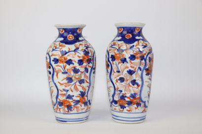 JAPON.  Paire de vases en porcelaine à décor Imari.  XIXème siècle.  H_18 cm, éclat...