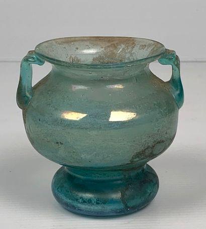 Pot à deux anses en verre bleu.  Style antique....