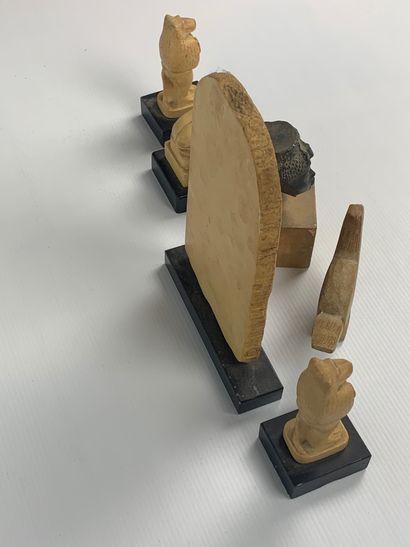 Ensemble de six statuettes dans le style égyptianisant, buste de la Reine Tii, bas...