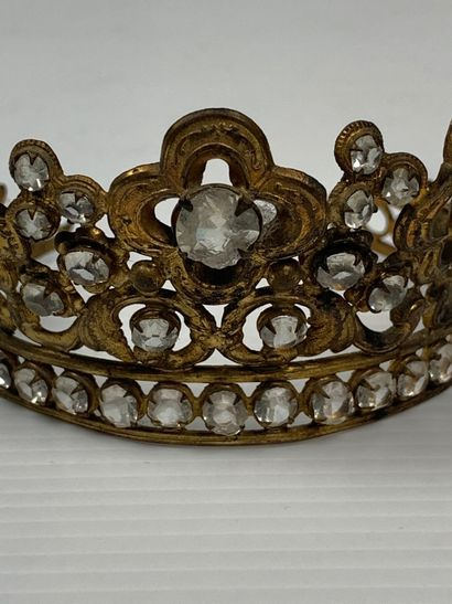 Demie-couronne de statuaire religieuse, ornée de croix romanes et des perles en...