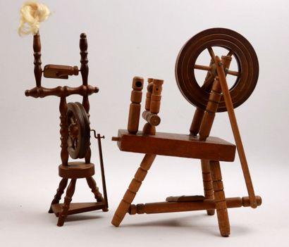 Deux rouets miniatures en bois, accessoires...