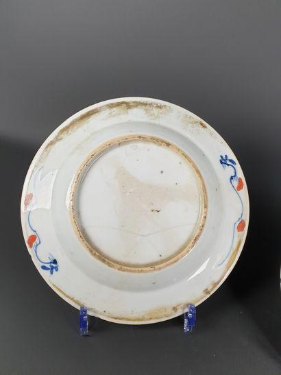 JAPON, XVIIIème siècle.  Paire d'assiettes en porcelaine et émaux polychromes à...