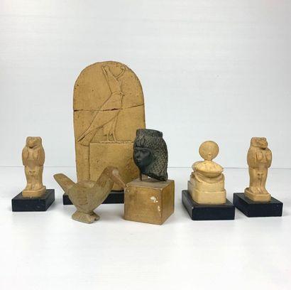 Ensemble de six statuettes dans le style...
