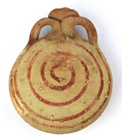 Gourde antique en terre cuite à panse aplatie et motifs concentriques.  H_12.5 cm...