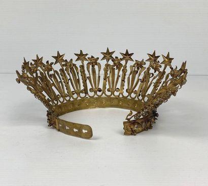 Demie-couronne de statuaire religieuse en métal doré, ornée de perles et d'étoiles....