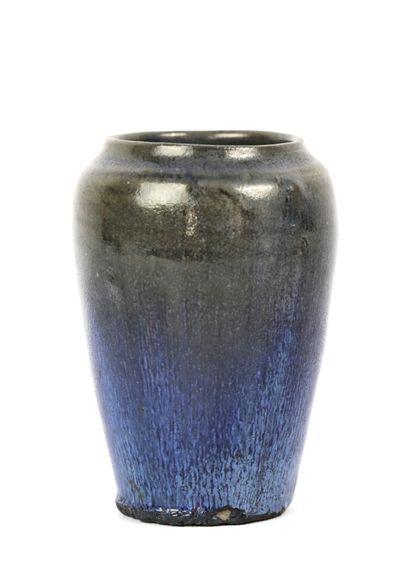 Eugene LION (1867-1945).  Vase pansu en grès...