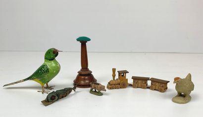 Ensemble de six jouets miniatures en bois...