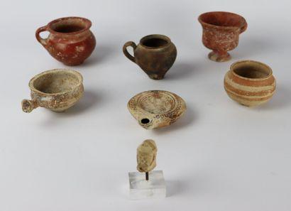 Collection de sept objets en terre cuite,...