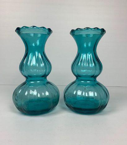 Paire de vases à double panse en verre bleu....