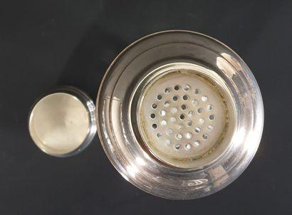 SAINT-LOUIS.  Shaker en cristal taillé et métal argenté.  Marque au cachet.  H_21,5...