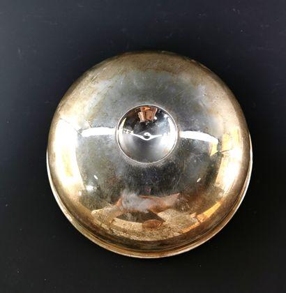 Coupe de hammam en métal argenté.  Le récipient creux recevant en son centre un...